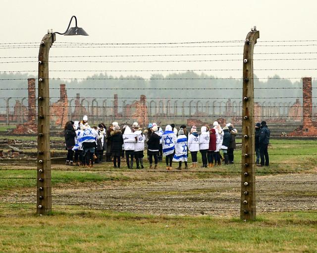 Visitantes durante un tour al campo de concentración de Auschwitz