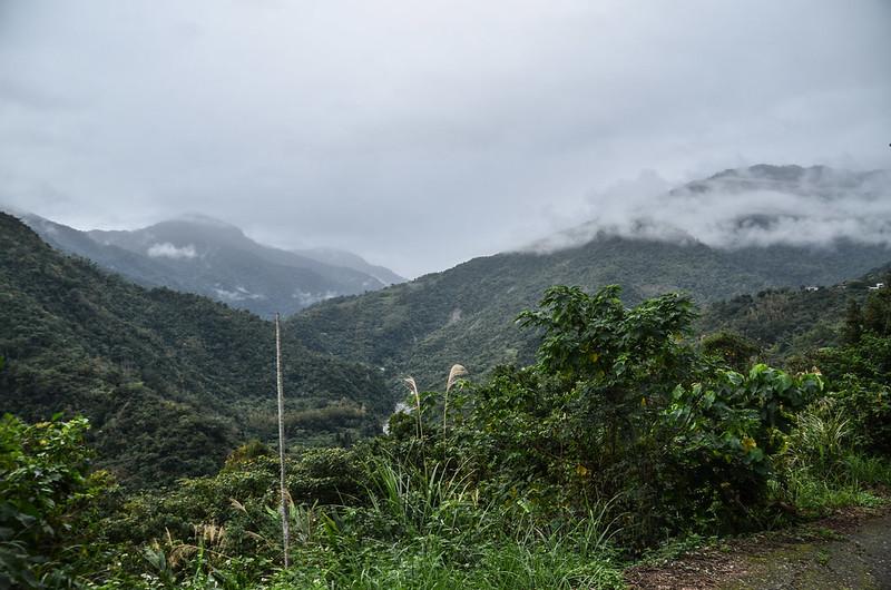 比利良山登山口西南眺追分山(L)、知本山(M)、大南山(R)