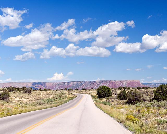 Carretera atravesando el desierto de Arizona