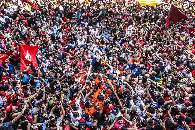 Lula is carried on the shoulders of supporters in São Bernardo do Campo before turning himself in to the Federal Police - Créditos: Paulo Pinto/Fotos Públicas