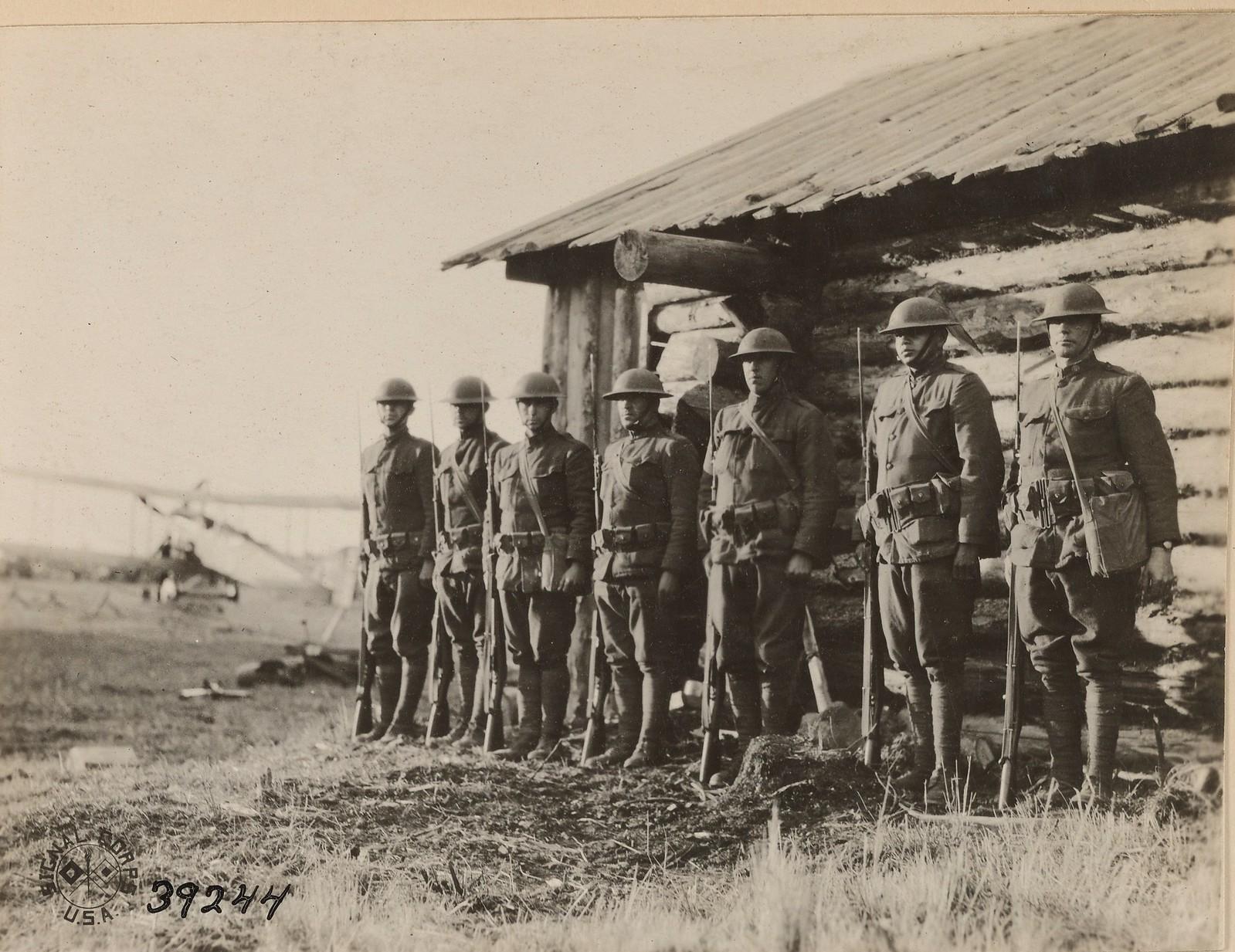 12. Бакарица. Члены 339 пехотного полка перед штаб-квартиру