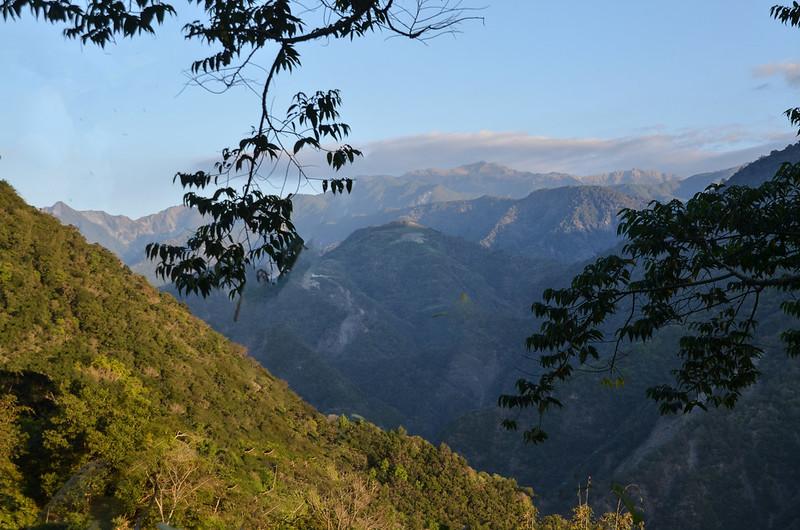 下馬產業道路西北遠眺關山~向陽山稜線 1