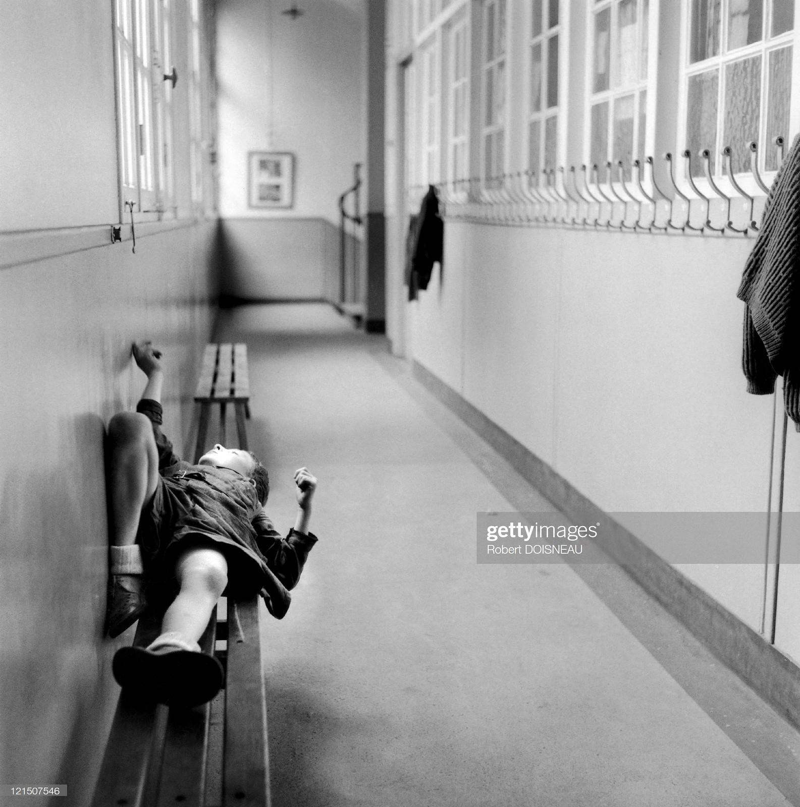 1956. Наказанный ученик ждет конца урока, лежа на скамейке