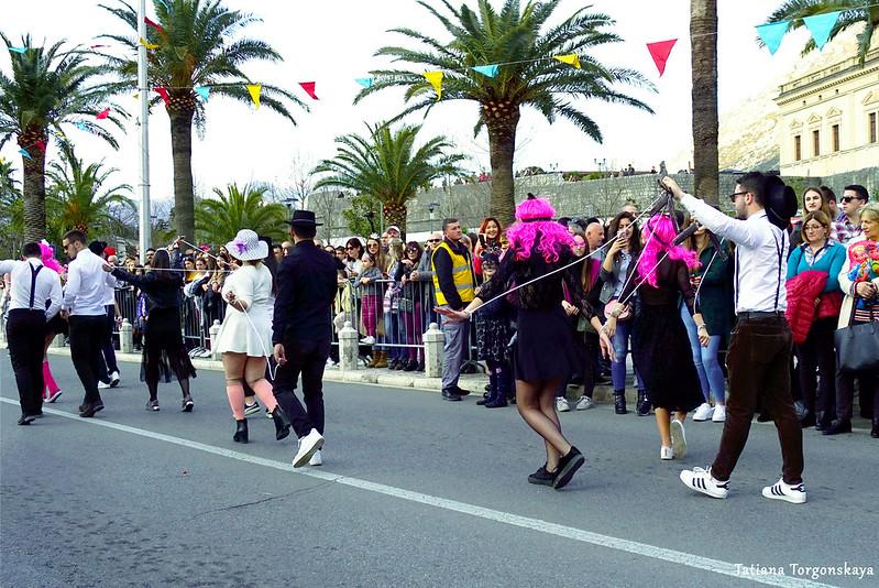 Марионетки и кукловоды на шествии Зимнего карнавала