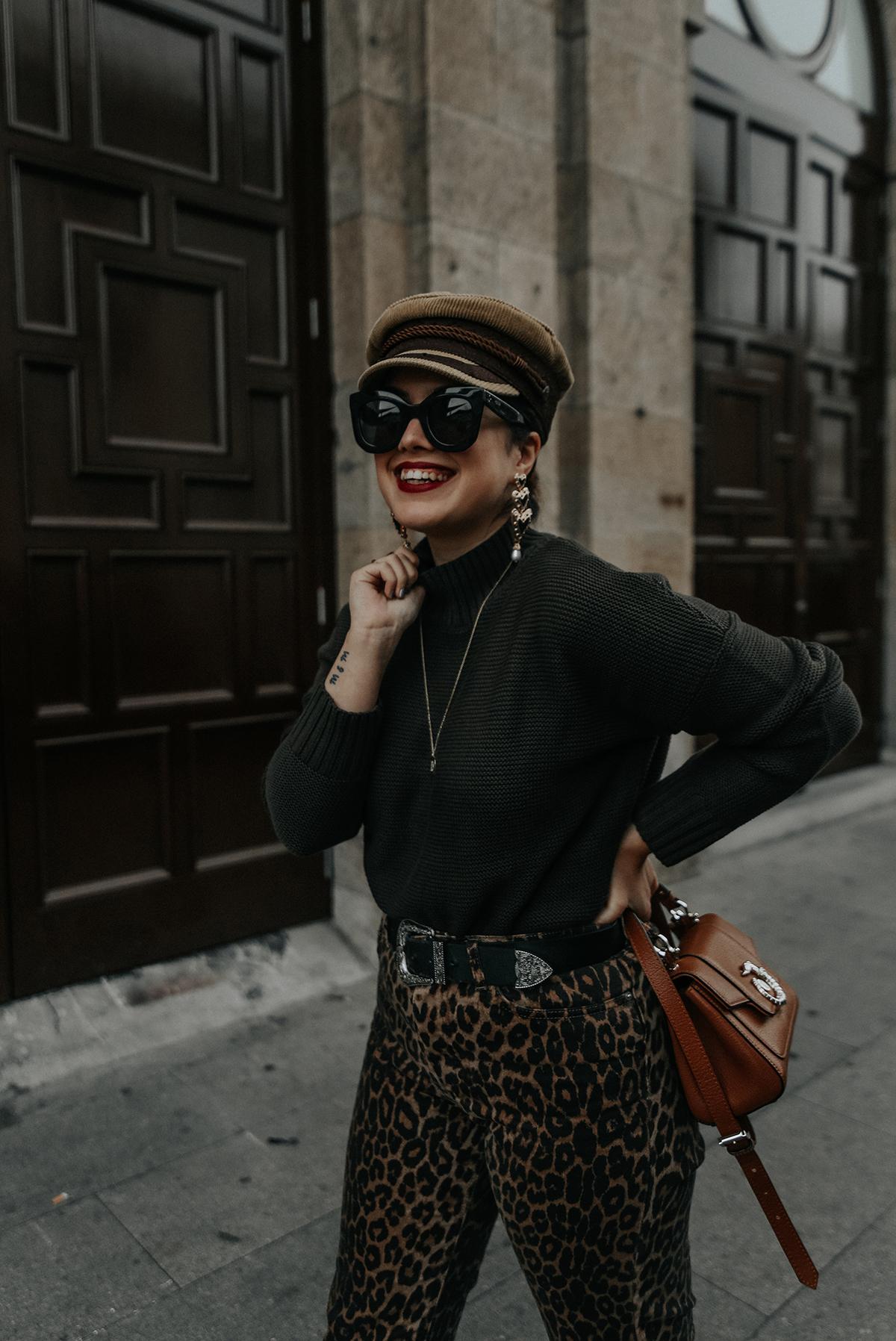 pantalones-leopardo-look-botines-ysl-streetstyle4