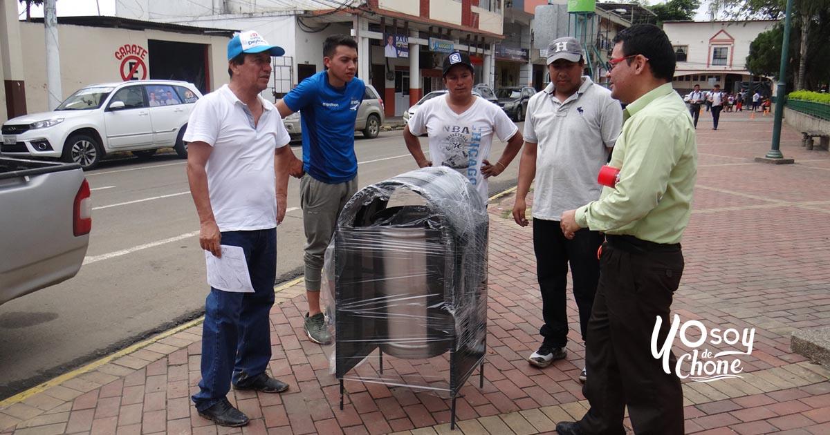 Chone limpio instala 100 estacionamientos de basura de bolsillo
