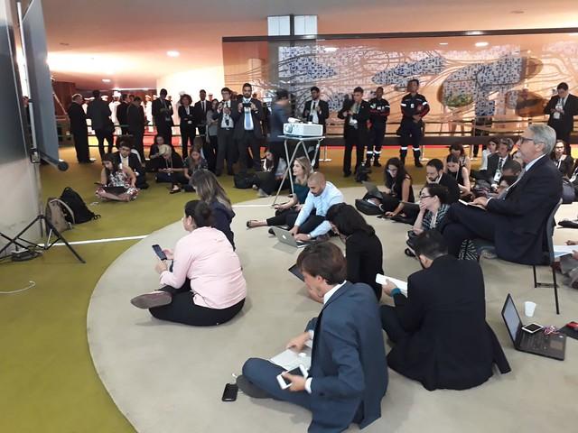 Jornalistas acompanhando transmissão de solenidade da posse presidencial no Salão Verde da Câmara, do lado de fora do plenário - Créditos: Cristiane Sampaio