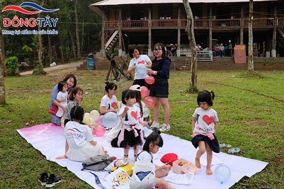 Các bạn nhỏ và các cô gái Đông Tây chuẩn bị trò chơi, trang trí