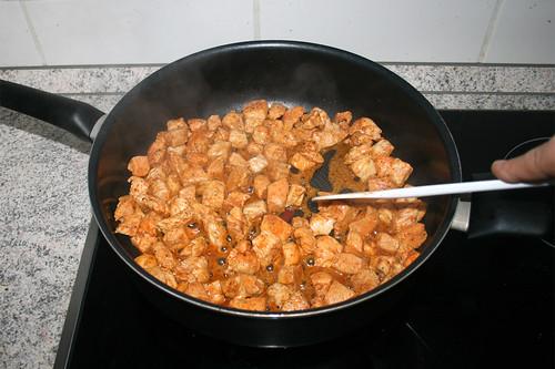 36 - Hähnchenbrustwürfel rundherum anbraten / Fry diced chicken