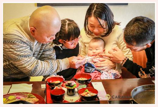 お食い初め(100日祝い)の家族写真 自然なカット