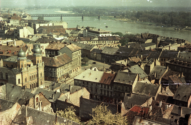 Братислава. Вид с замка на площадь Хала и синагогу