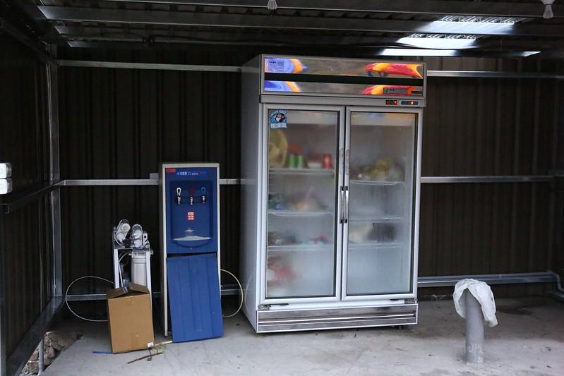 草地區的冰箱