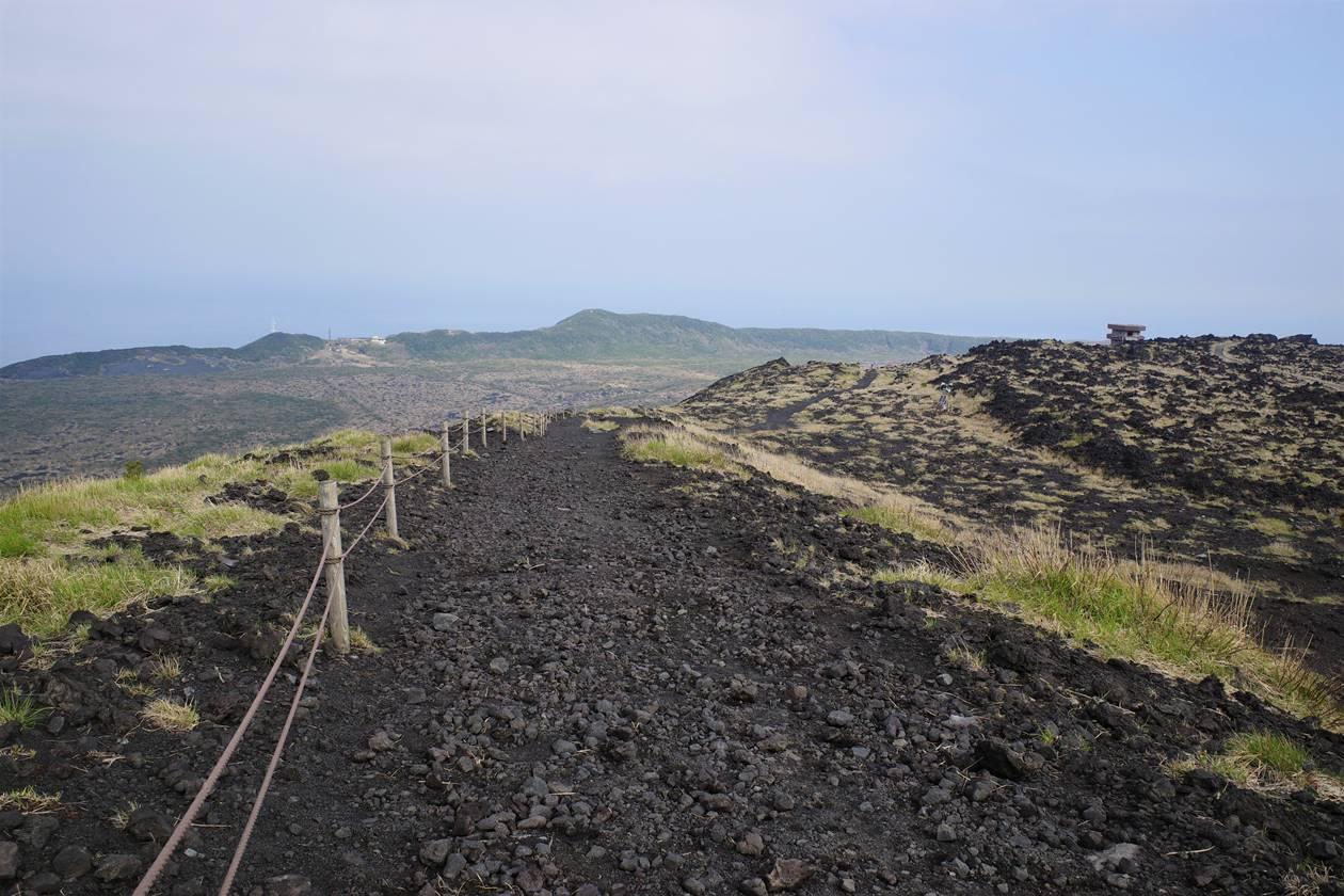 伊豆大島・三原山登山 火口周回コースから眺める表砂漠