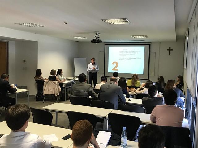 Roberto Starke imparte clase en el Máster en Asesoramiento de Imagen y Consultoría Política