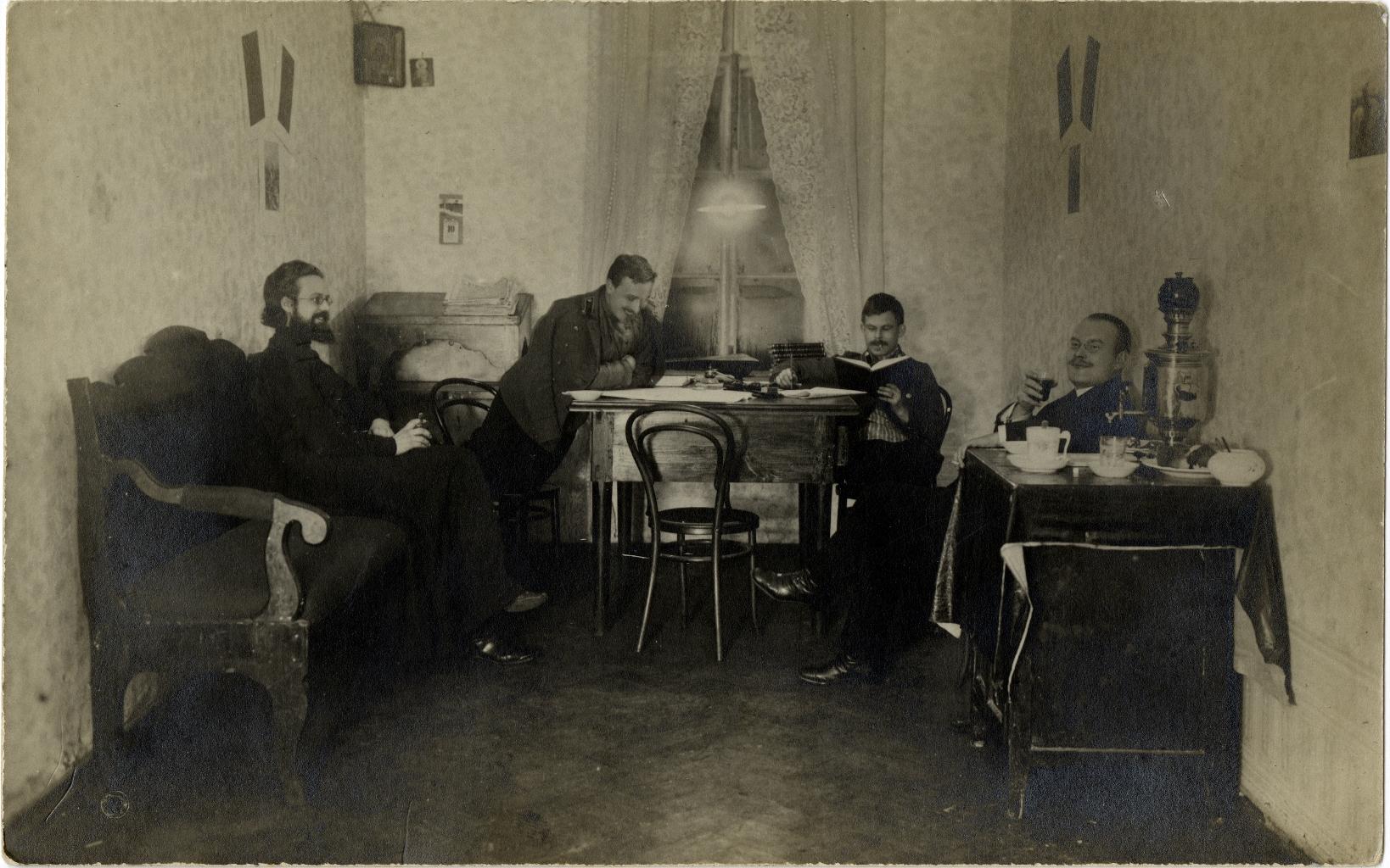 Студенты Московской Духовной Академии за чтением (3)