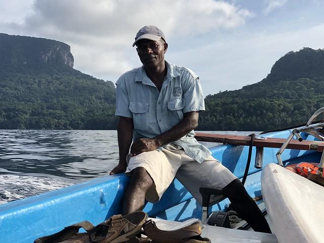En bote por Baía das Agulhas en Príncipe (Mejores vistas de Príncipe)