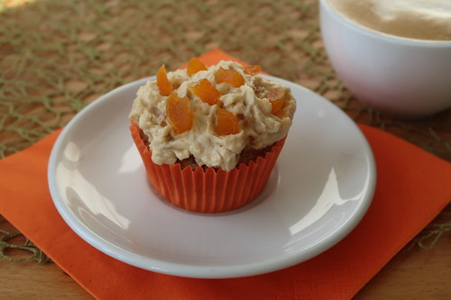 Haselnuss Cupcake mit weißer Schokolade Aprikosen Creme (meiner)