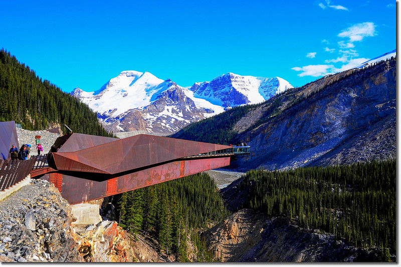 The skywalk with Mount Athabasca and Mount Andromeda in the background 3