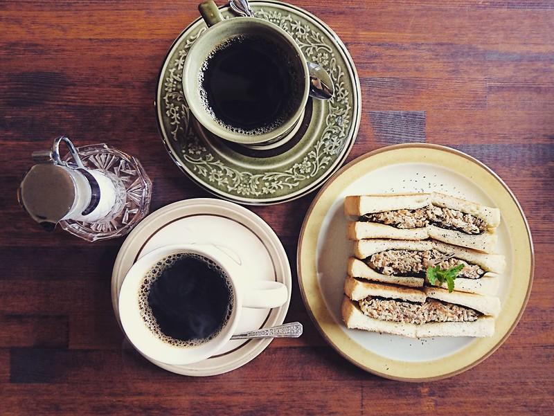 トヨクニコーヒーの「鶏ごぼうのりトースト」と「東ティモール」