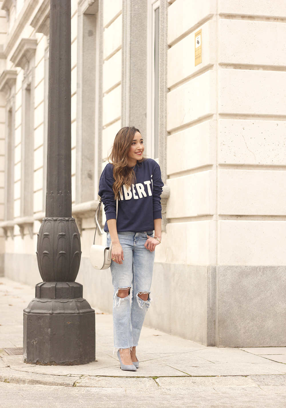 Sweatshirt ripped jeans clavin klein white bag high heels street style outfit 20192