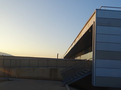 Le centre de maintenance, vue horizontale lors du lever soleil