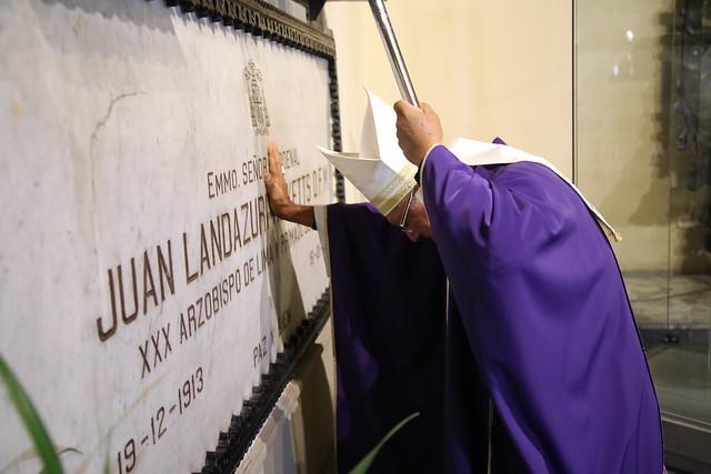 Monseñor Castillo en la tumba de Landázuri