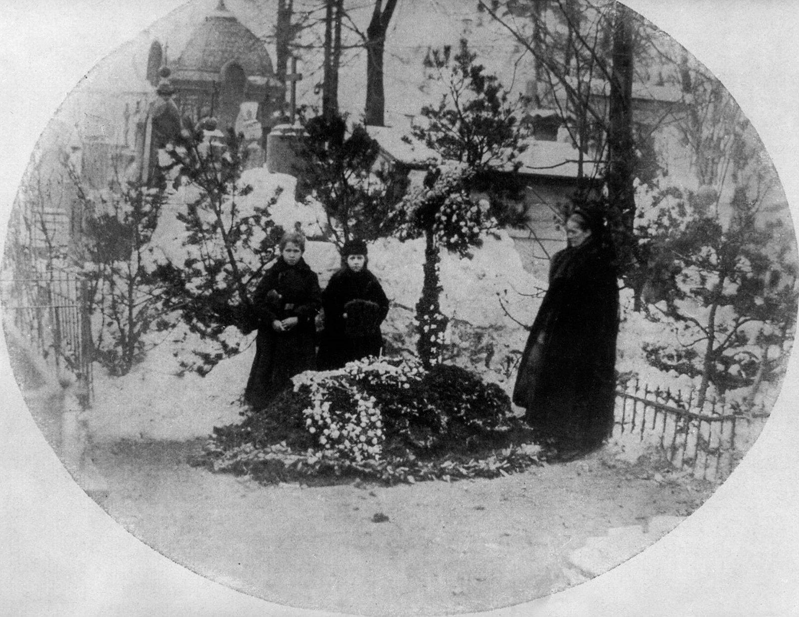 У могилы Ф. М. Достоевского. Анна Григорьевна Достоевская с детьми на могиле. 1881