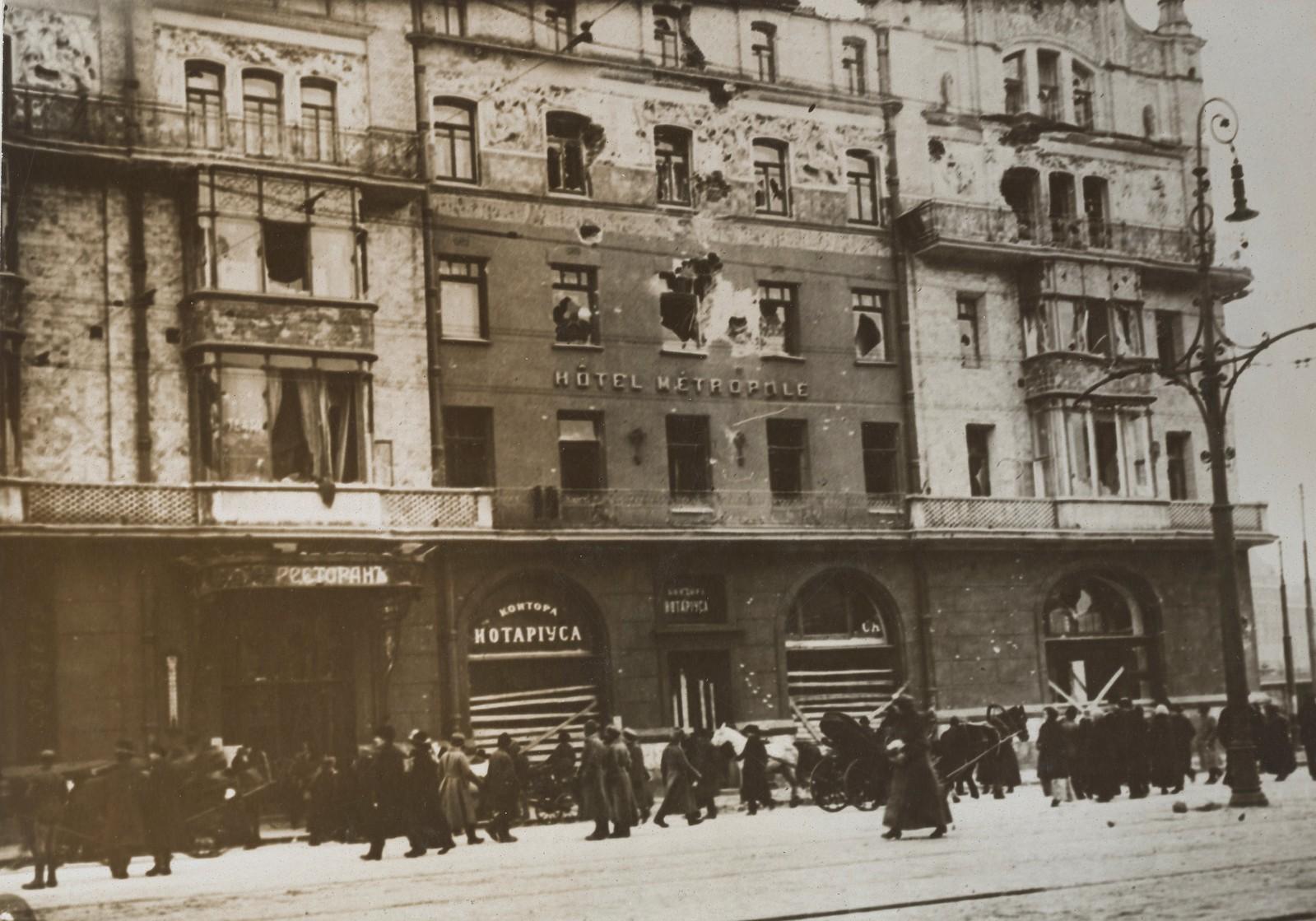 1917. Здание гостиницы Метрополь, поврежденное снарядами во время уличных боёв