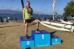 Půlmaraton na břehu Tichého oceánu s květinovým řetězem v cíli