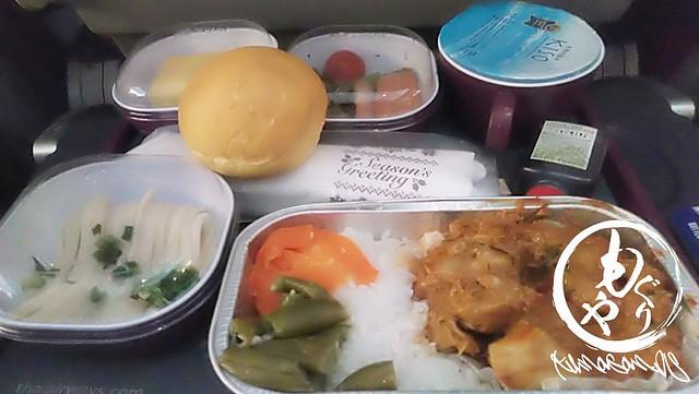 タイ航空のディナー。おうどんとパン。斬新!