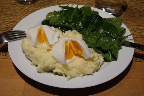 Pochierte Eier auf mit Ziegenkäse verfeinertem Kartoffelstampf zu Blattspinat-Salat (mein Teller)