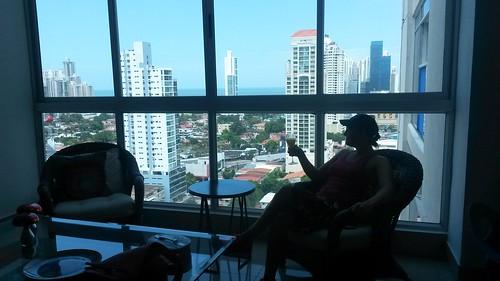 Sekt-und-Orange in einem Apartment vor der Skyline von Panama City