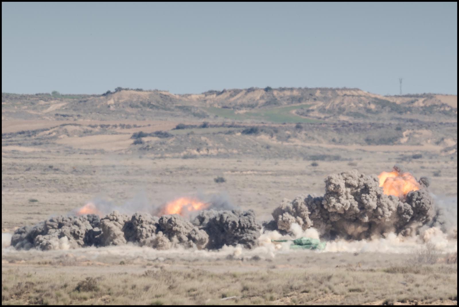 Impacto de armamento real en el Polígono de Tiro de Bardenas