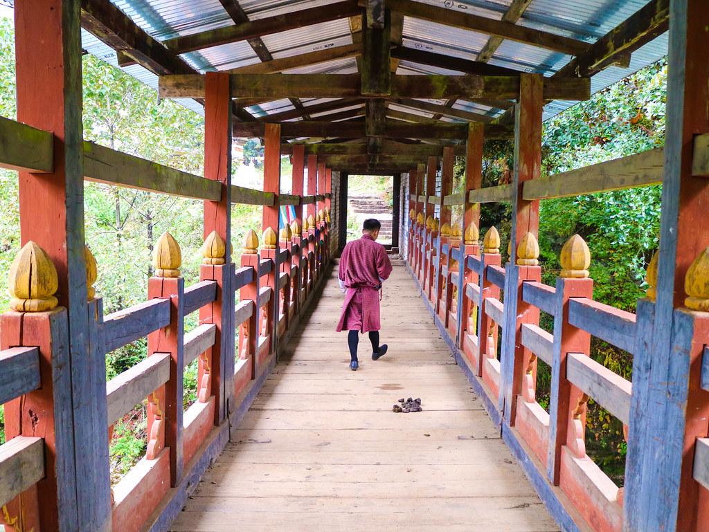 Puente hacia el monasterio Tango