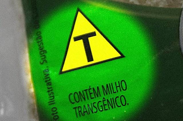 """No Brasil, rotulagem de transgênicos é feita com indicação de um triângulo amarelo com a letra """"T"""" - Créditos: Senado/Divulgação"""