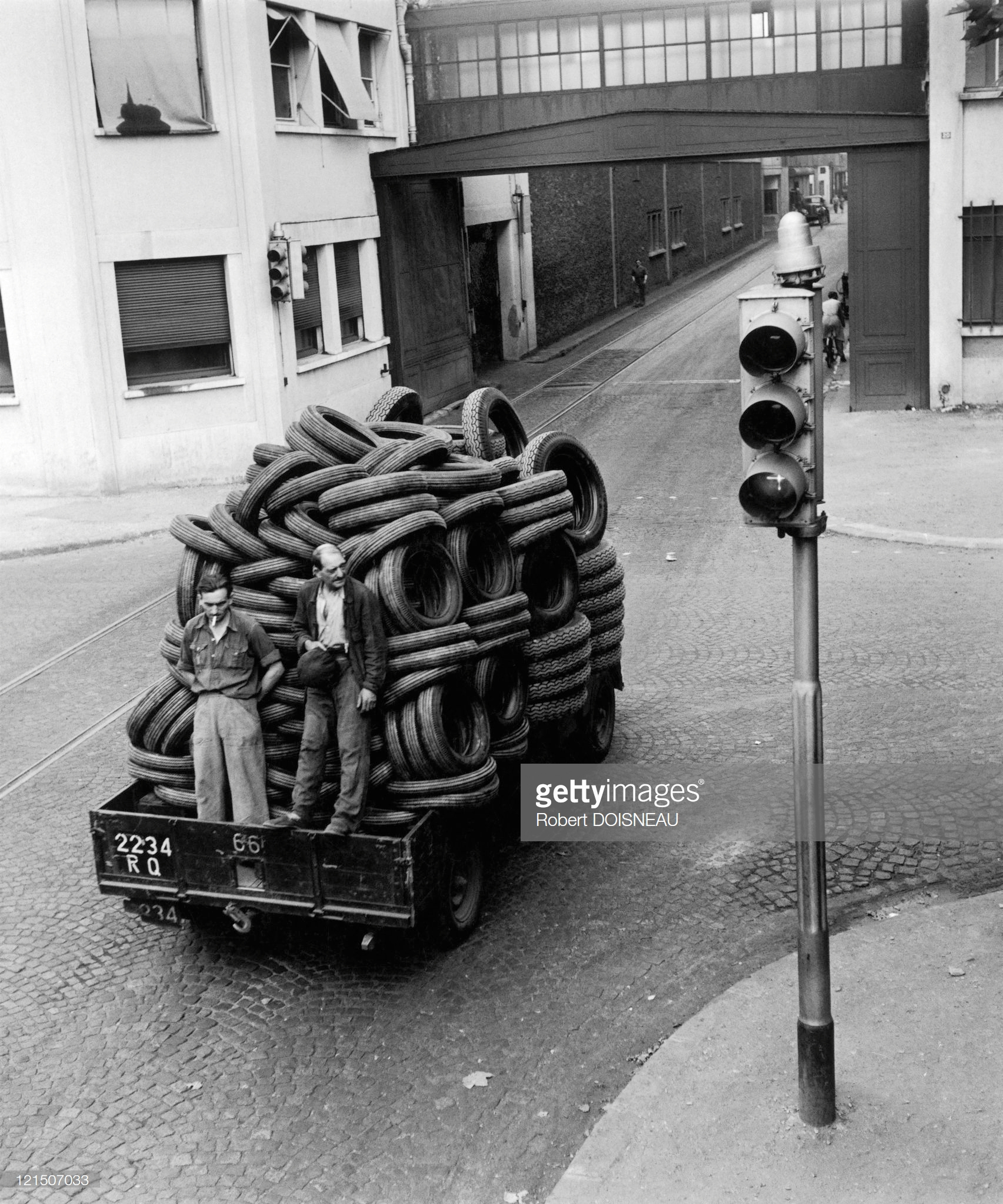 Рабочие на грузовике с шинами