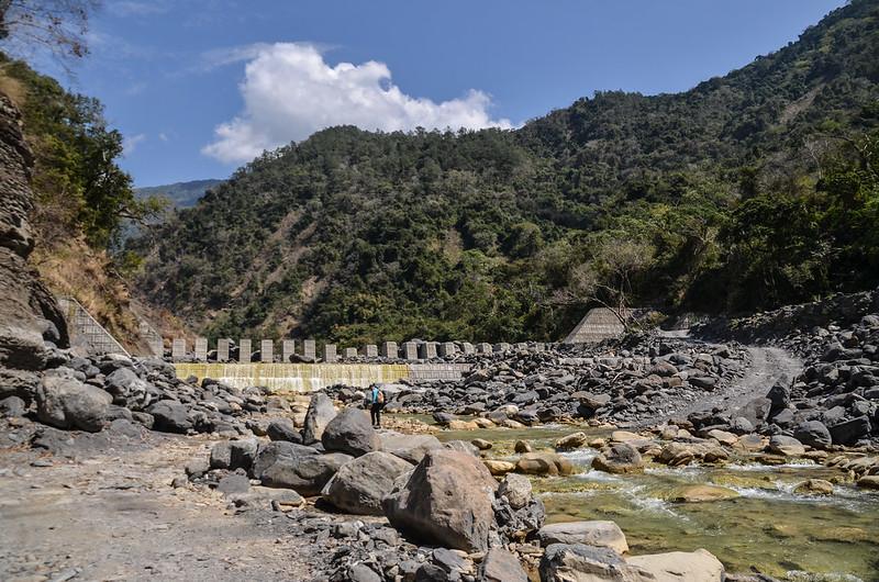 拉克斯溪第二攔砂壩下方東望拉克斯山(左) 2