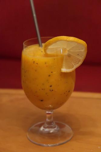 Smoothie aus Mango, Kiwi, Maracuja, Orange, Apfel, Apfelsaft und Zitronensaft
