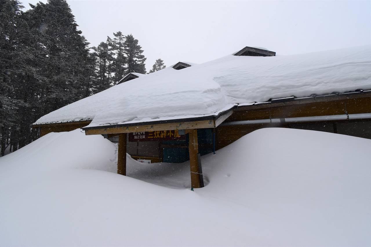 冬の三伏峠避難小屋