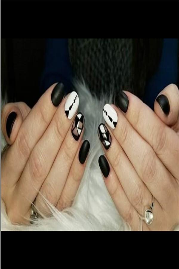 30+ Amazing Black And White Nail Art Designs 2019 #nail_art_designs #trendy_nails #white_nails #black_nails
