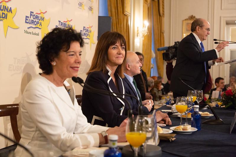 Isabel Celaá e Idoia Mendia en Forum Europa