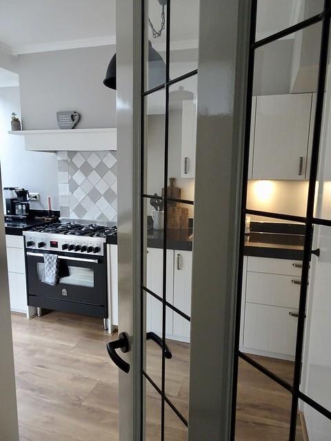 Oude deur met glas naar de keuken