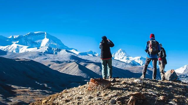 Tibet. Auf dem Weg von Lhasa nach Kathmandu, auf einer Anhöhe bei Tingri mit Blick auf den Cho Oyu, 8201 m.