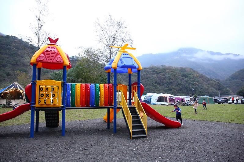 草地區的兒童遊樂設施