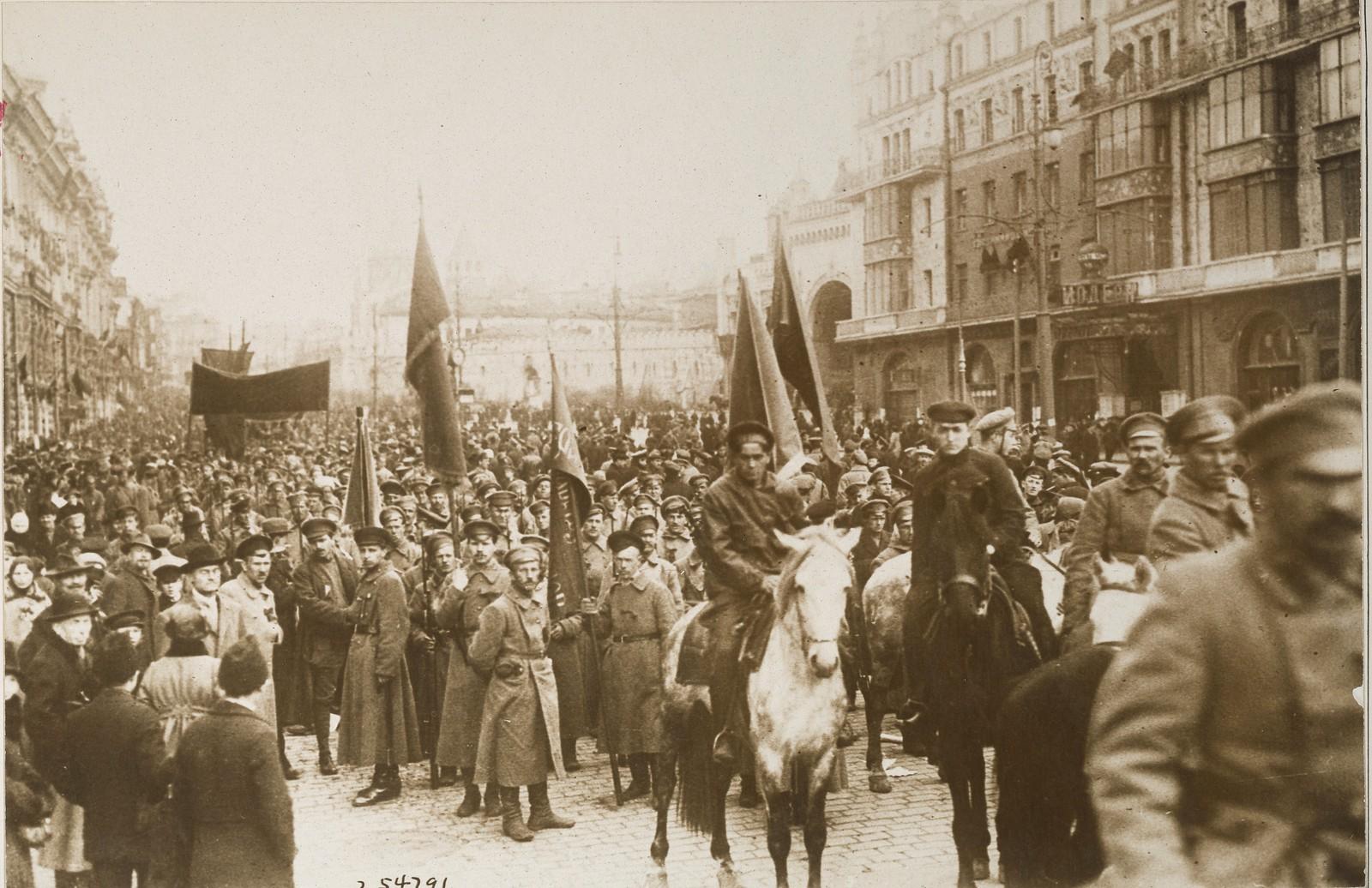 Демонстрация в 1-ю годовщину  революции в Москве
