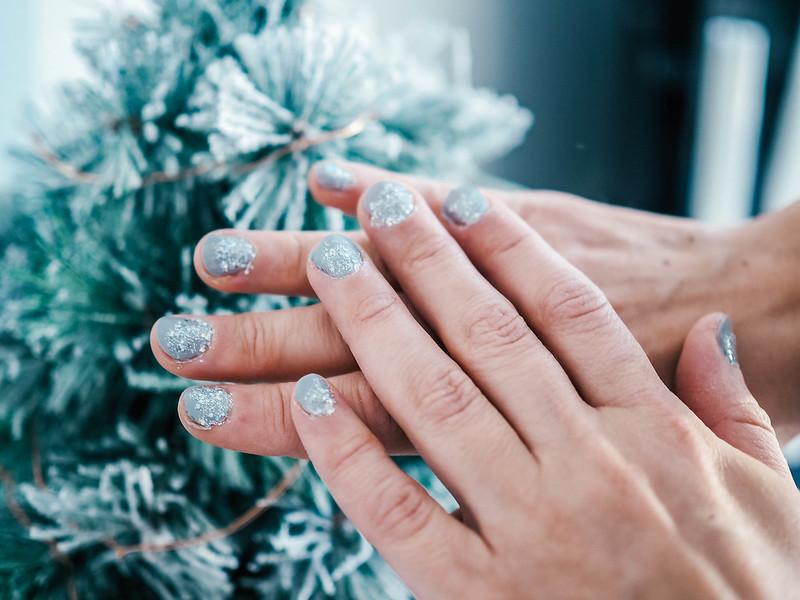 PC234919, kynnet, nails, kynsilakka, nail polish, gray nails, glitter nails, harmaa glitter kynsilakka, essie gel setter, essie päällyslakka, winter nails, talvinen kynsilakka, beauty, kauneus, nail inspo,
