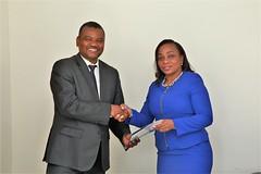 Poignée de main entre le Représentant de la FAO & le Ministre de la Mer et de la Pêche - © FAO