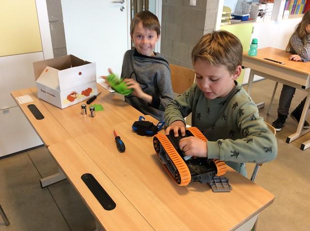 Klas 4: Techniek: Batterijen in en uit Toestel.