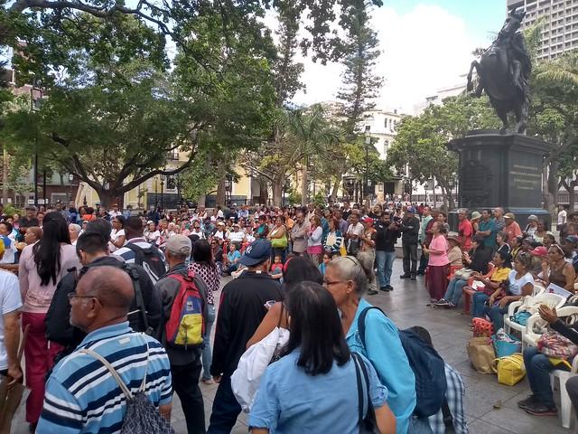 Chavistas mantêm assembleias permanentes em apoio ao governo Maduro