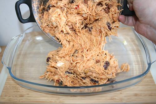 24 - Spaghettimischung in Auflaufform geben / Put spaghetti mix in casserole